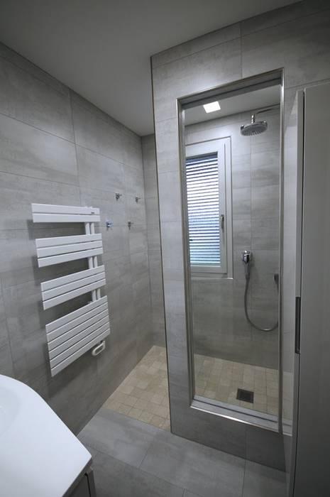Petite piece, grande douche: salle de bains de style par rg ...
