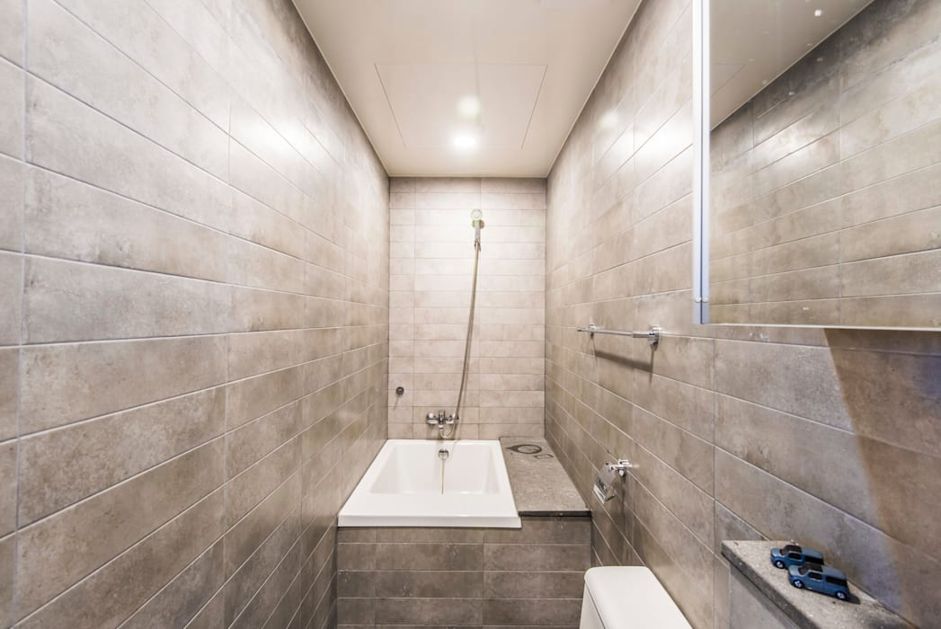 Modern Bathroom by 집으로 Modern