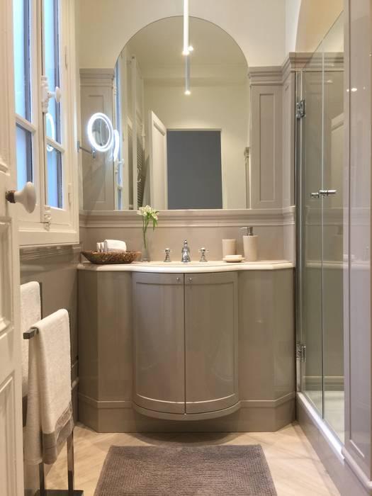 Parisian chic decoration and design: Salle de bains de style  par Lichelle Silvestry