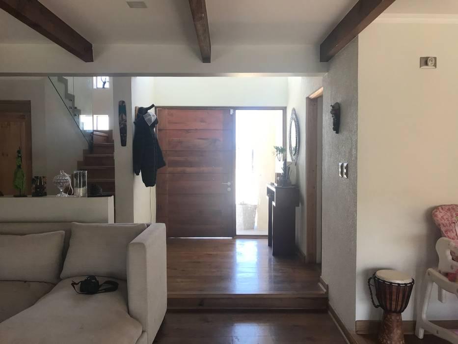 Casa Bravo Pasillos, vestíbulos y escaleras modernos de AtelierStudio Moderno