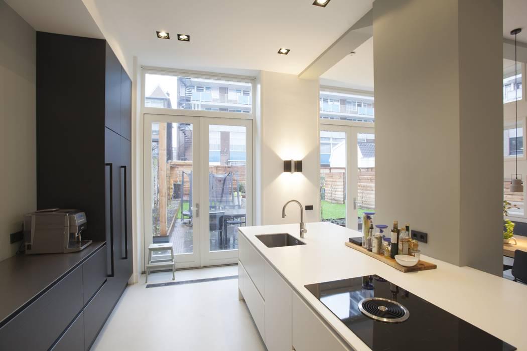 Keuken met zwarte kastenwand en wit eiland:  Inbouwkeukens door Thijssen Verheijden Architecture & Management, Modern