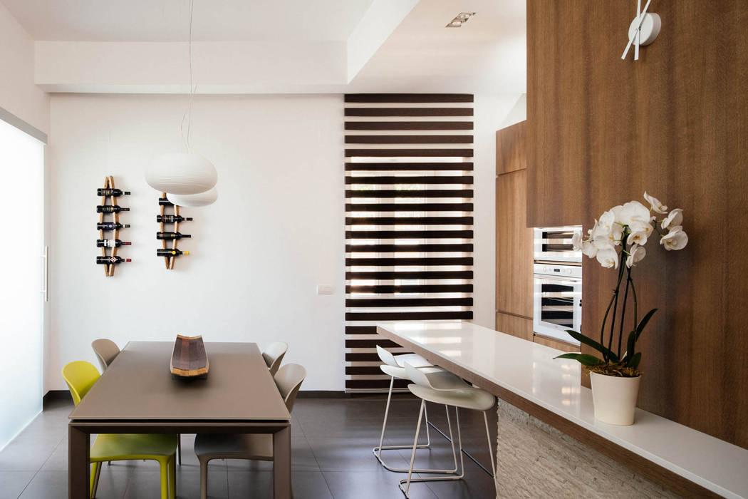Sala da pranzo: Sala da pranzo in stile in stile Moderno di manuarino architettura design comunicazione