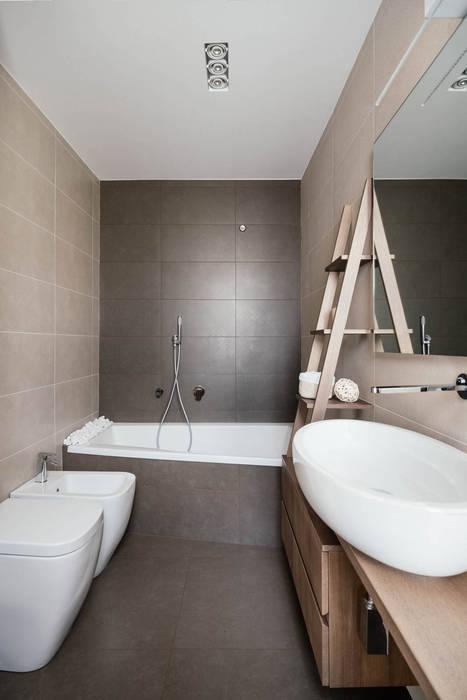 Bagno con Vasca: Bagno in stile in stile Moderno di manuarino architettura design comunicazione