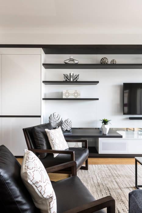 Living Room:  Living room by Moda Interiors, Modern