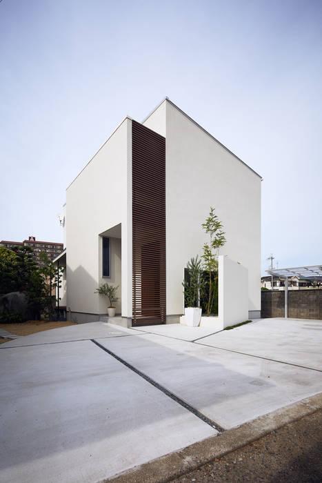 旗竿地の白い家 の 一級建築士事務所 株式会社KADeL モダン