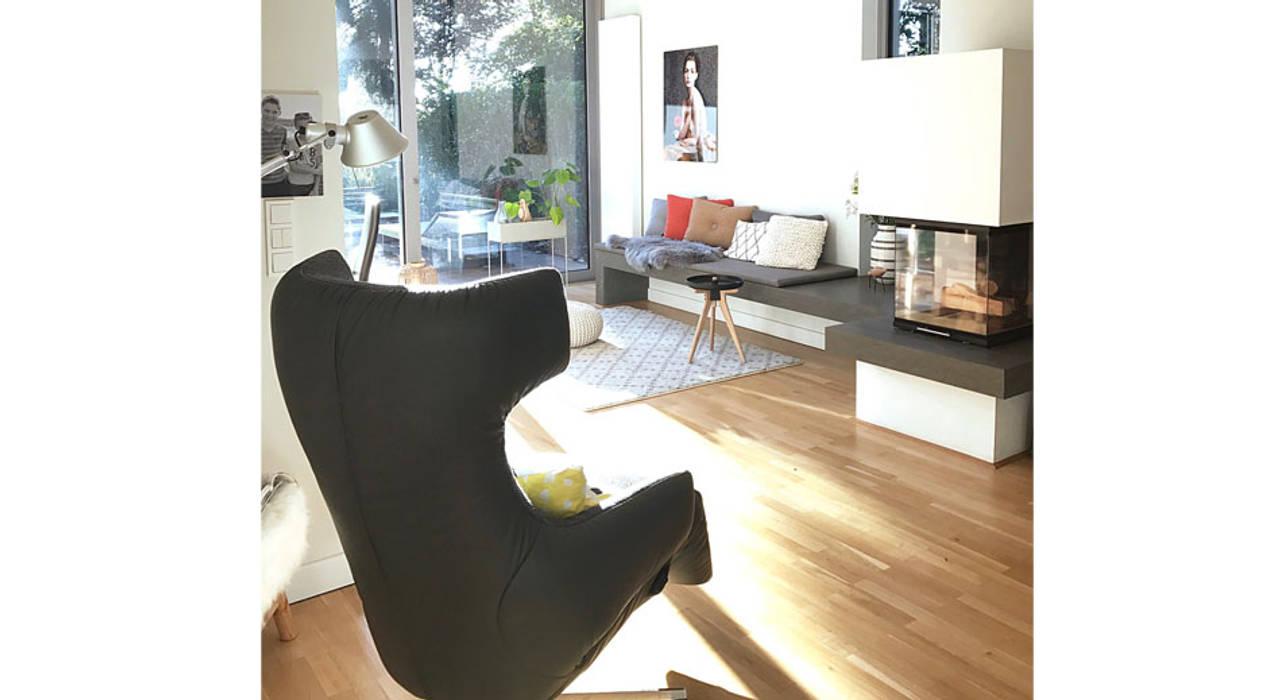 Sessel am kamin moderne wohnzimmer von studio meuleneers ...