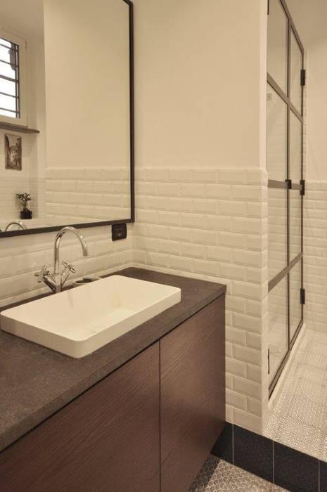bagno industriale: Bagno in stile  di Arch. Silvana Citterio