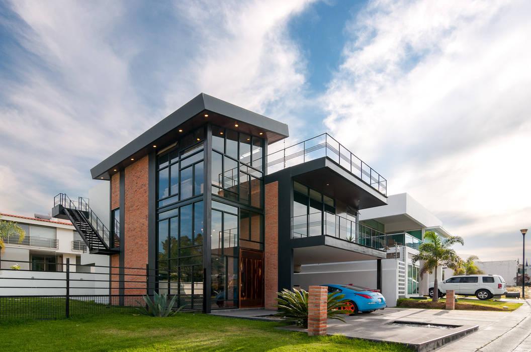 fachada: Casas unifamiliares de estilo  por aaestudio
