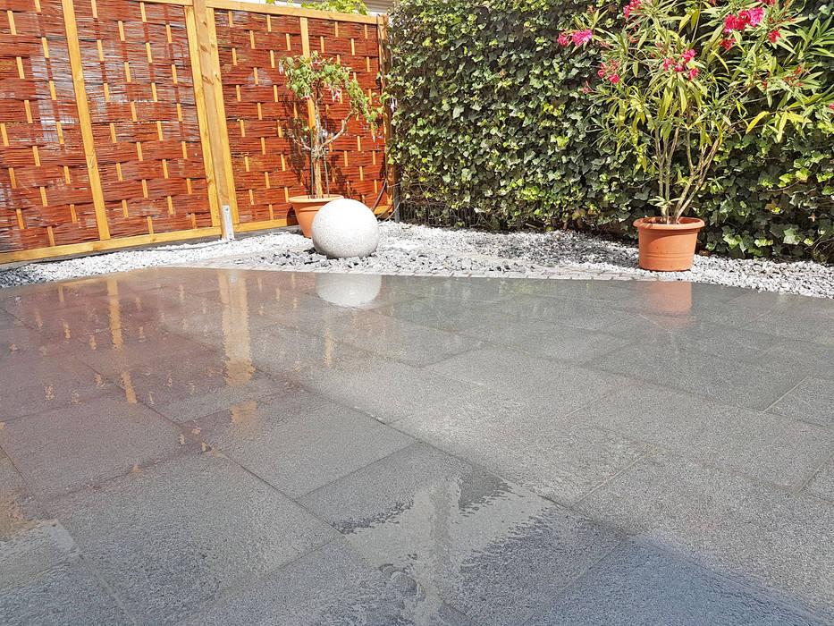 Granitkugel Kombiniert Mit Terrassenplatten Aus Dunkelgrauen Granit