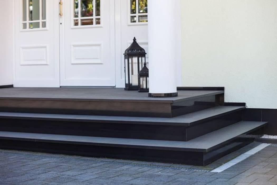 Seitenansicht der Eingangstreppe aus Granit Klepfer Naturstein GbR Treppe Granit Schwarz