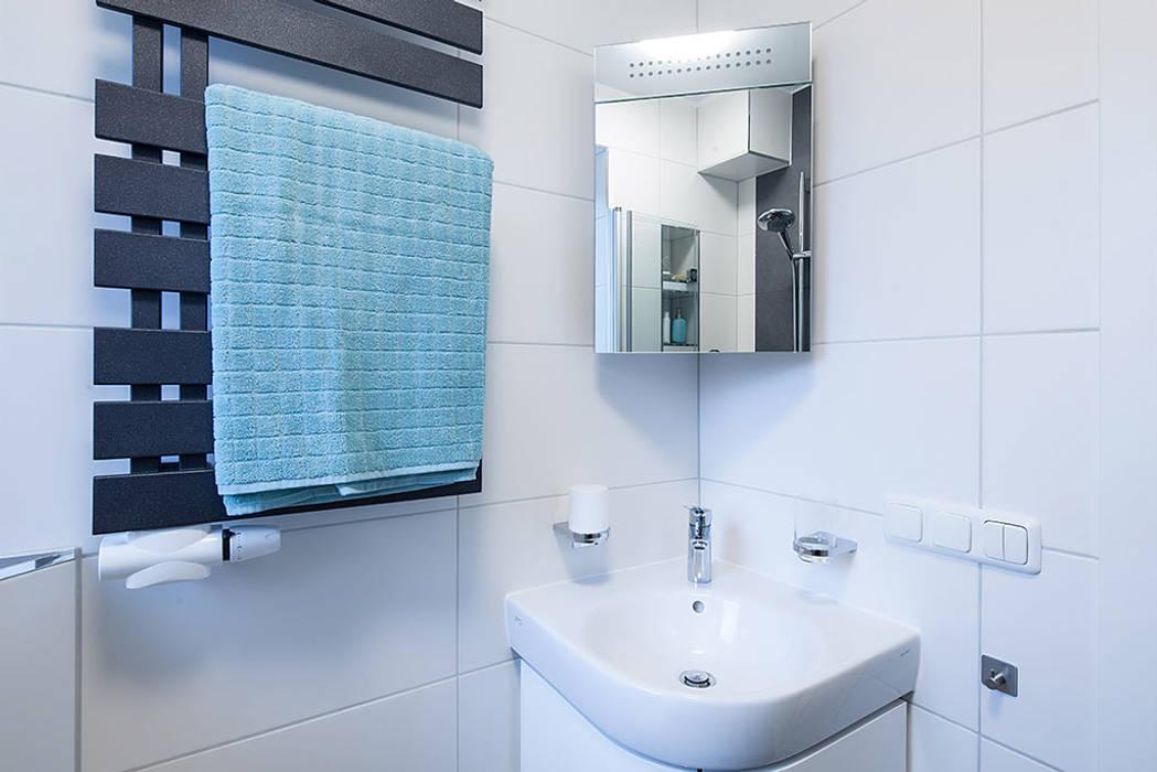 Stylisches eckwaschbecken mit einem eckspiegelschrank: moderne ...