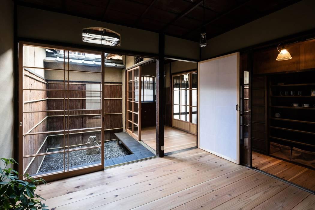 Ventanas de madera de estilo  por 山本嘉寛建築設計事務所 YYAA, Asiático Madera Acabado en madera