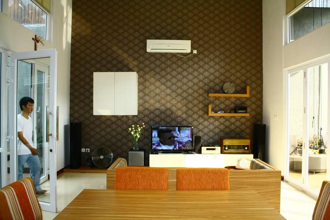 Warna Perabotan dan Dinding: Ruang Keluarga oleh Exxo interior, Modern