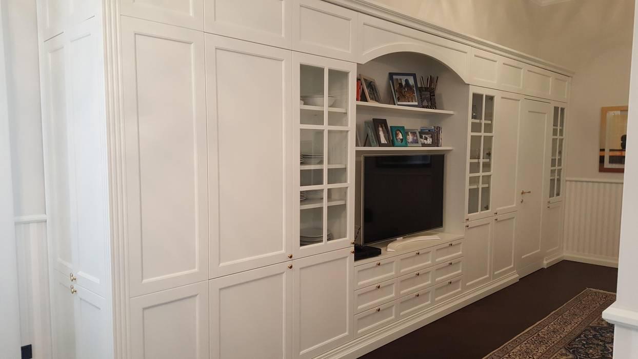 Parete soggiorno classica : in stile di falegnameria su ...