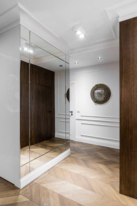 Pasillos, vestíbulos y escaleras de estilo clásico de Anna Serafin Architektura Wnętrz Clásico
