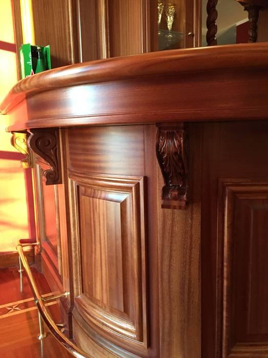 Angolo bar soggiorno: Soggiorno in stile in stile Classico di Falegnameria su misura