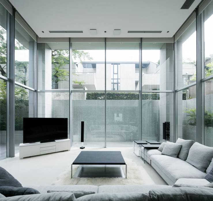 高輪台 建築家志望だった施主と協働して理想の住まいづくり House in Urban Setting 01: JWA,Jun Watanabe & Associatesが手掛けたリビングです。,