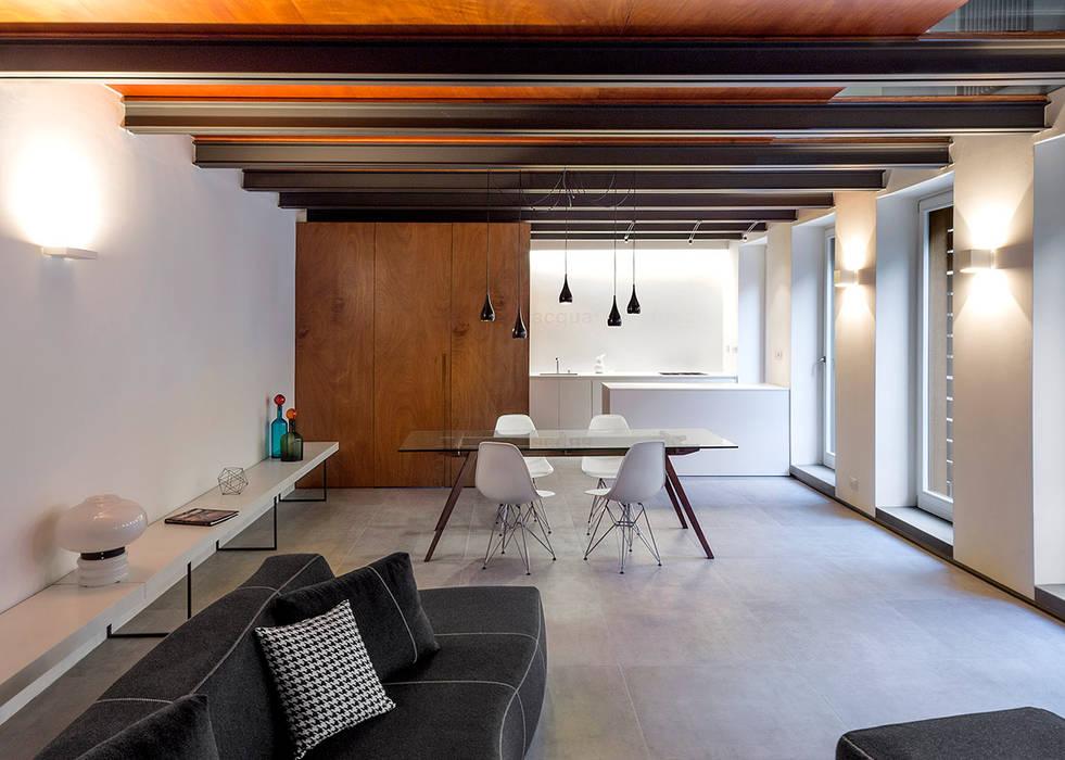 La zona pranzo con cucina a vista: sala da pranzo in stile di paola ...