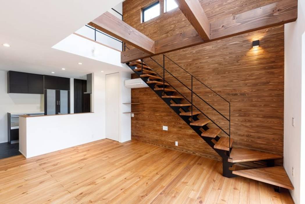 木の温もり漂う空間: LobeSquareが手掛けた階段です。,モダン 金属