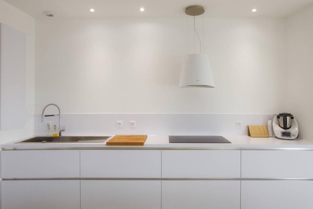 Rénovation d'une grange avec extension: Éléments de cuisine de style  par Optiréno, Moderne