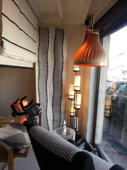 Volupte M en vitrine: Espaces commerciaux de style  par LairiaL