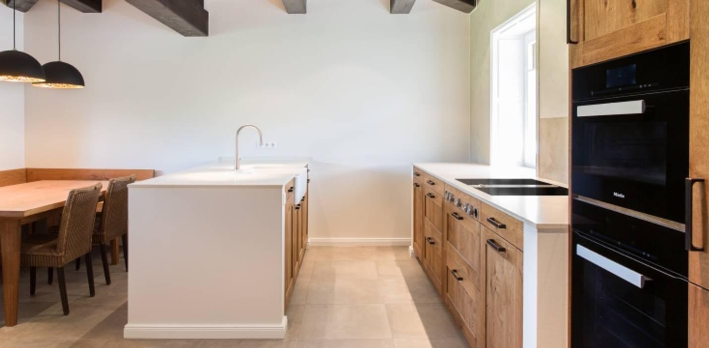 Moderne Wohnküche in Eiche:  Küchenzeile von Innenarchitekturinsel,Landhaus Holz Holznachbildung