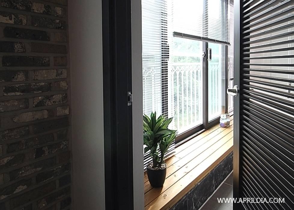 복수동 초록마을 아파트 모던스타일 발코니, 베란다 & 테라스 by 에이프릴디아 모던