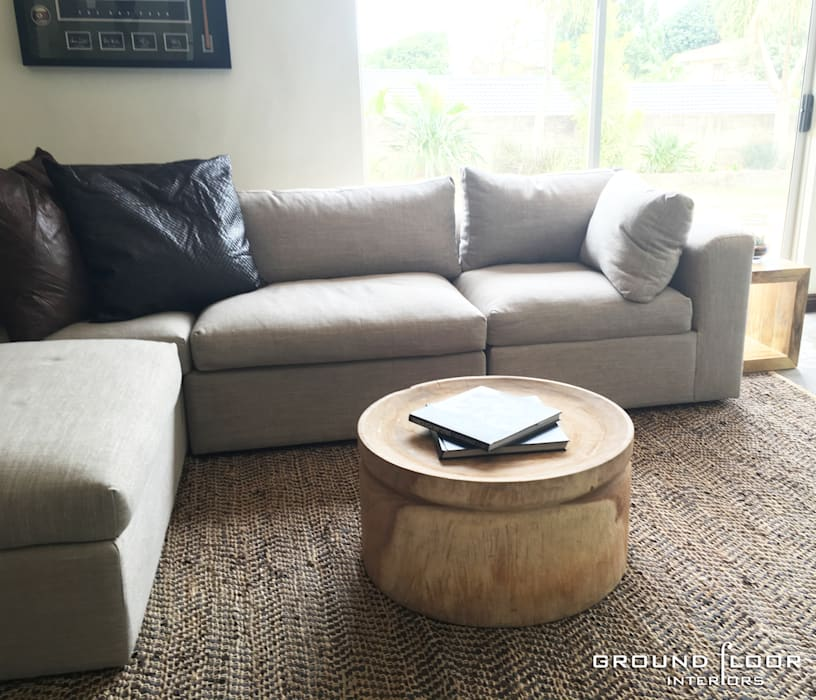 The Man Cave: Stylish and comfortable seating Modern living room by Just Interior Design Modern