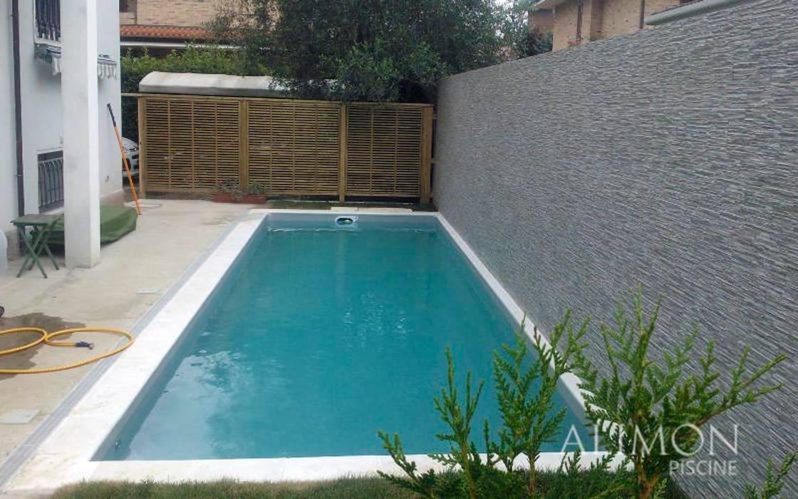 Piscina interrata in abitazione privata: giardino con piscina in