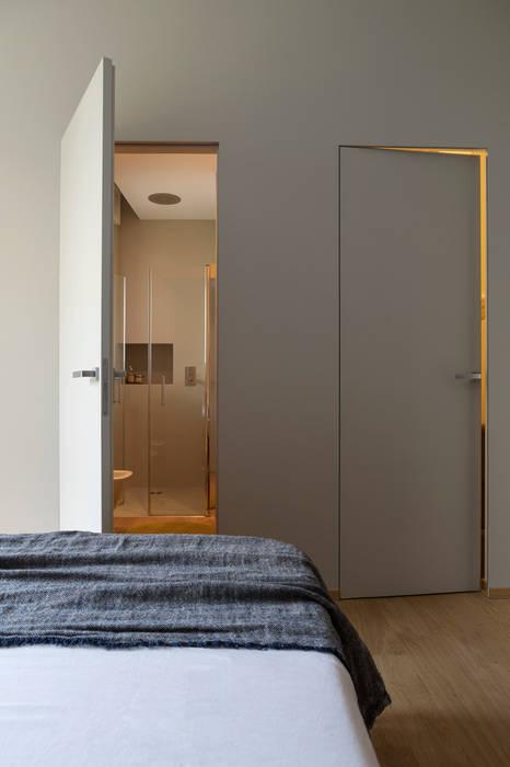 Cabina armadio e bagno in camera: camera da letto in stile di euga ...