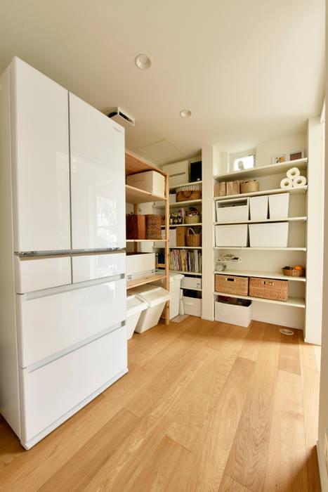 たっぷり収納で魅力的なパントリー: タイコーアーキテクトが手掛けたキッチン収納です。,モダン