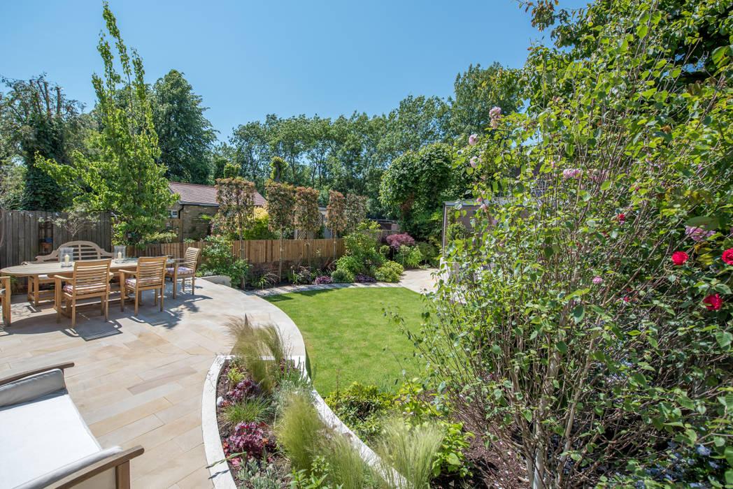 A south-facing contemporary family garden:  Garden by Kate Eyre Garden Design