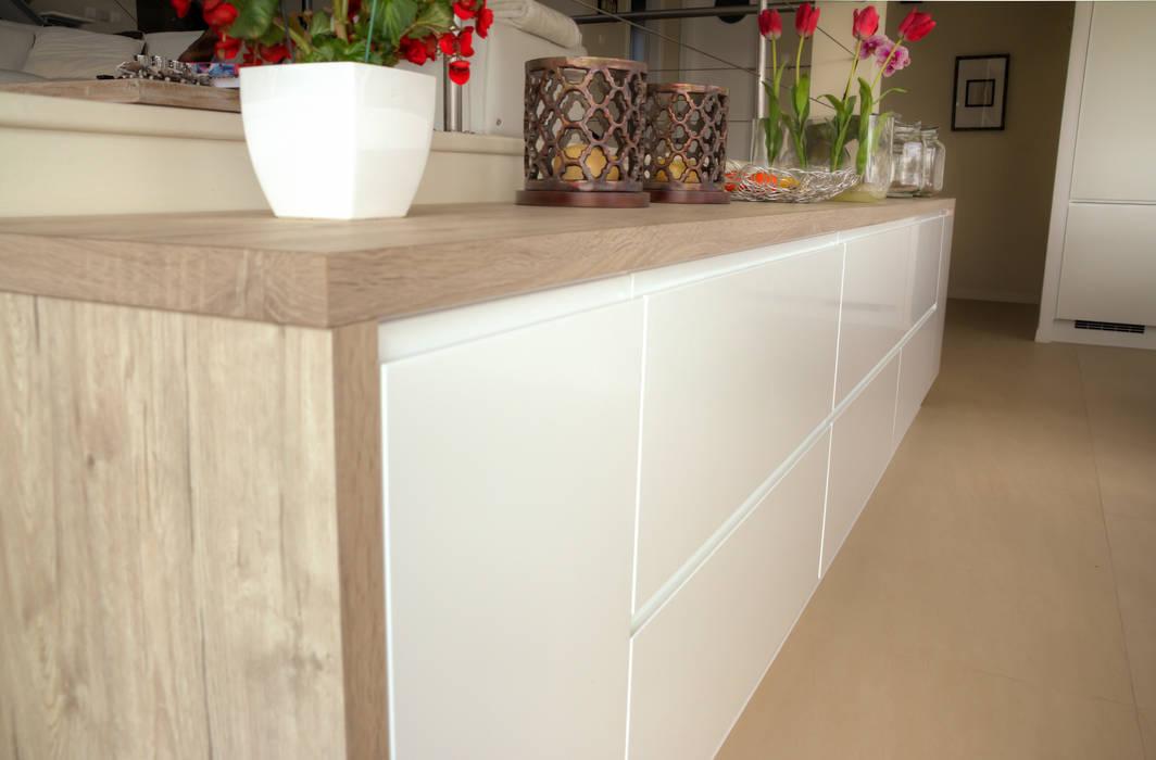 Garfield na Cozinha por Moderestilo - Cozinhas e equipamentos Lda Escandinavo Derivados de madeira Transparente