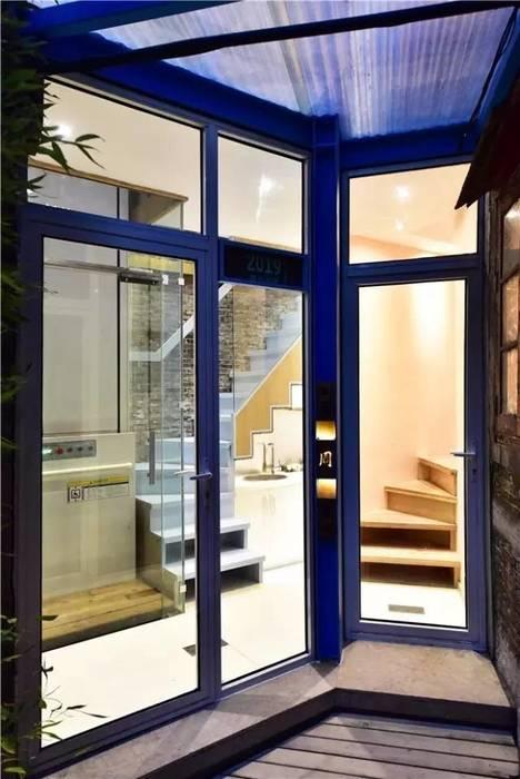 Kính cường lực được sử dụng nhằm tận dụng tối đa ánh sáng cho căn nhà.:  Cửa kinh by Công ty TNHH TK XD Song Phát,
