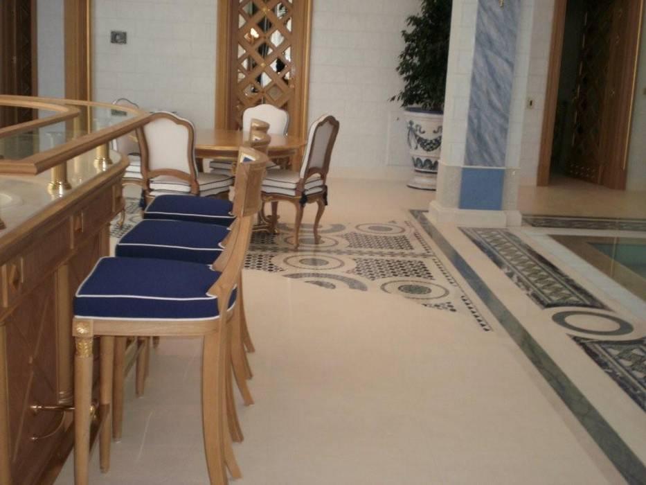 Villa Privata Mosca: Piscina a sfioro in stile  di Vito De Luca Architetto