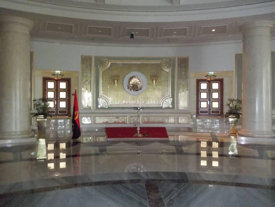 Assemblea Nazionale Luanda: Complessi per uffici in stile  di Vito De Luca Architetto