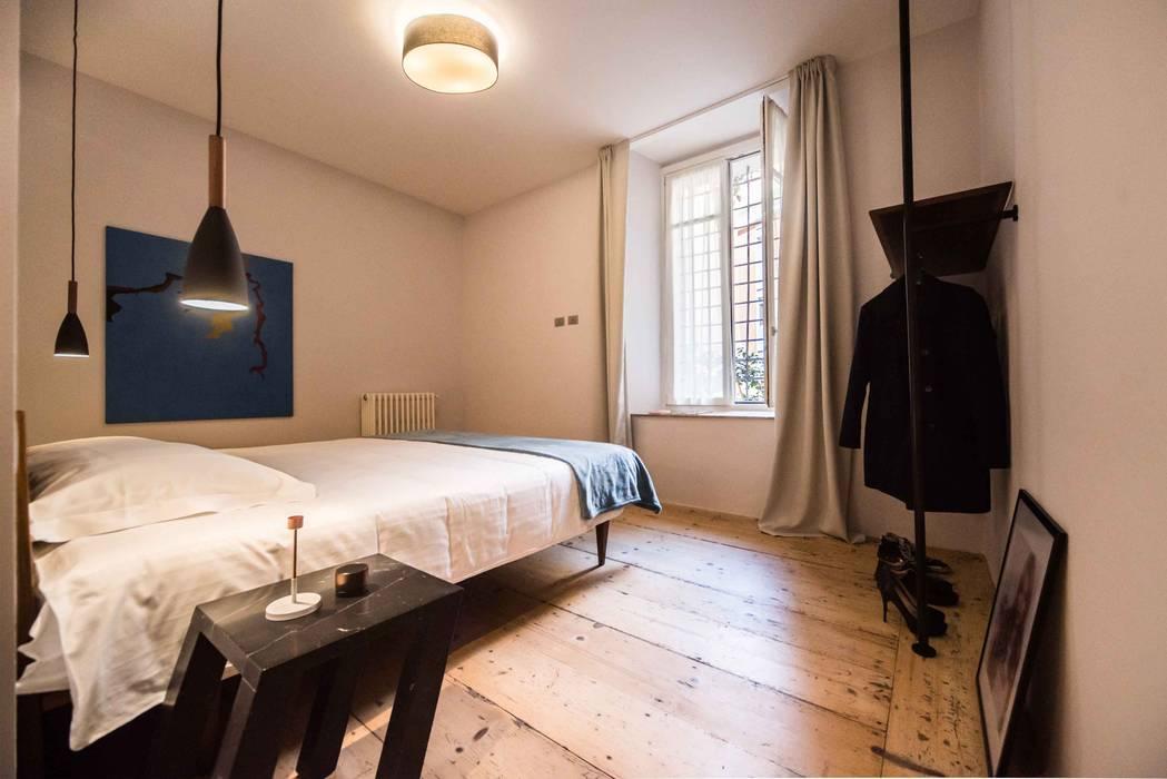 CAMERA DA LETTO: Camera da letto in stile in stile Moderno di PADIGLIONE B