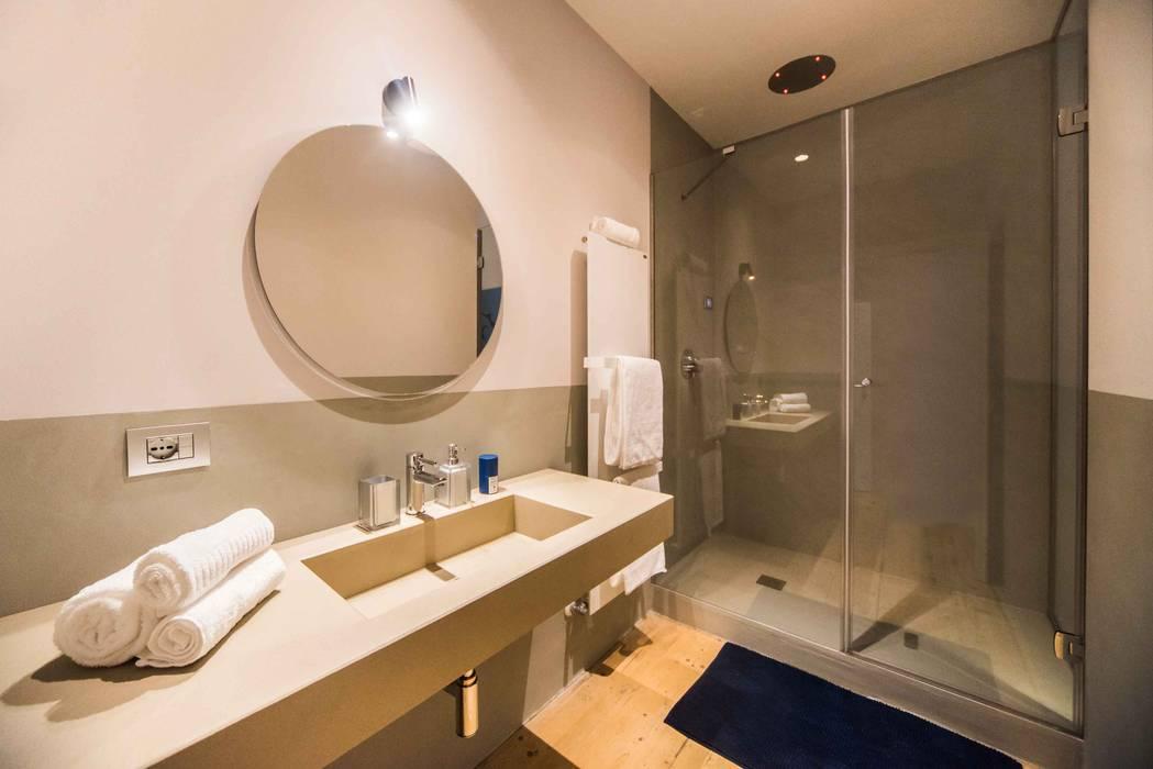 Bagno in camera: Bagno in stile in stile Moderno di PADIGLIONE B