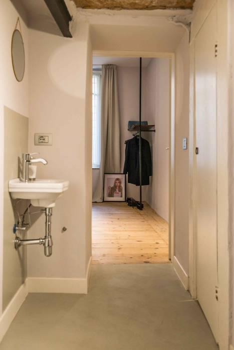 Corridoio attrezzato: Ingresso & Corridoio in stile  di PADIGLIONE B