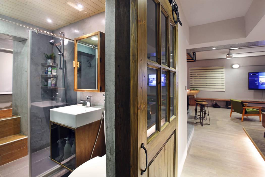 Salle de bain industrielle par 森畊空間設計 Industriel Bois massif Multicolore