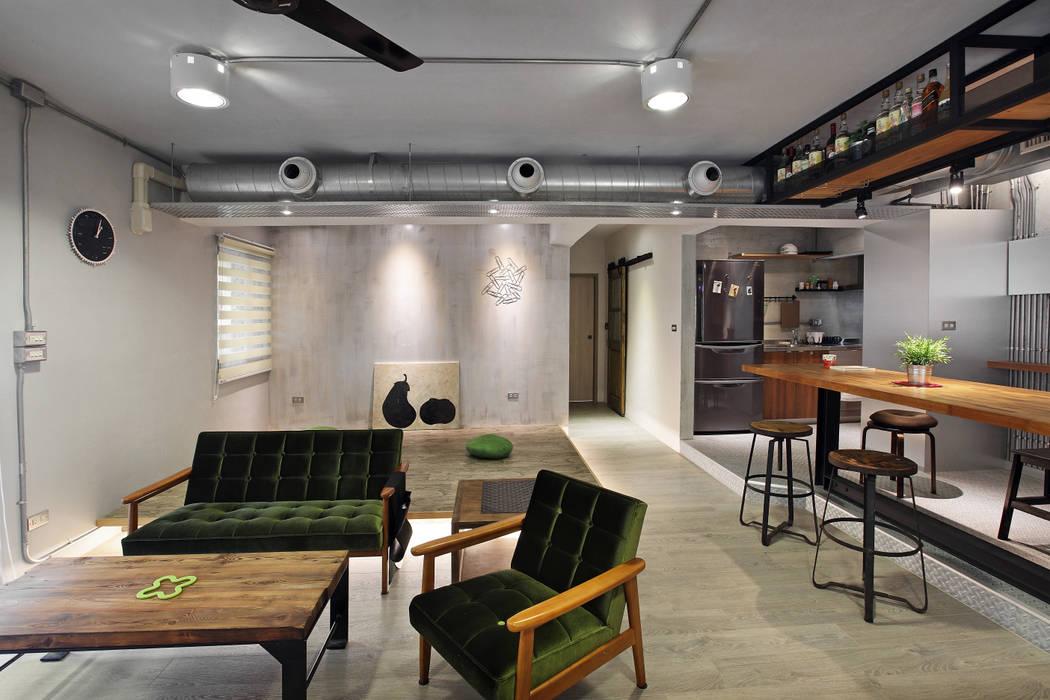 Salon industriel par 森畊空間設計 Industriel Bois Effet bois