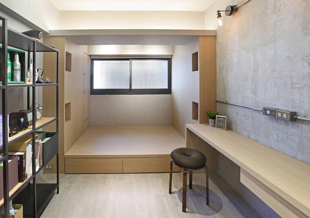 Chambre industrielle par 森畊空間設計 Industriel Bois composite