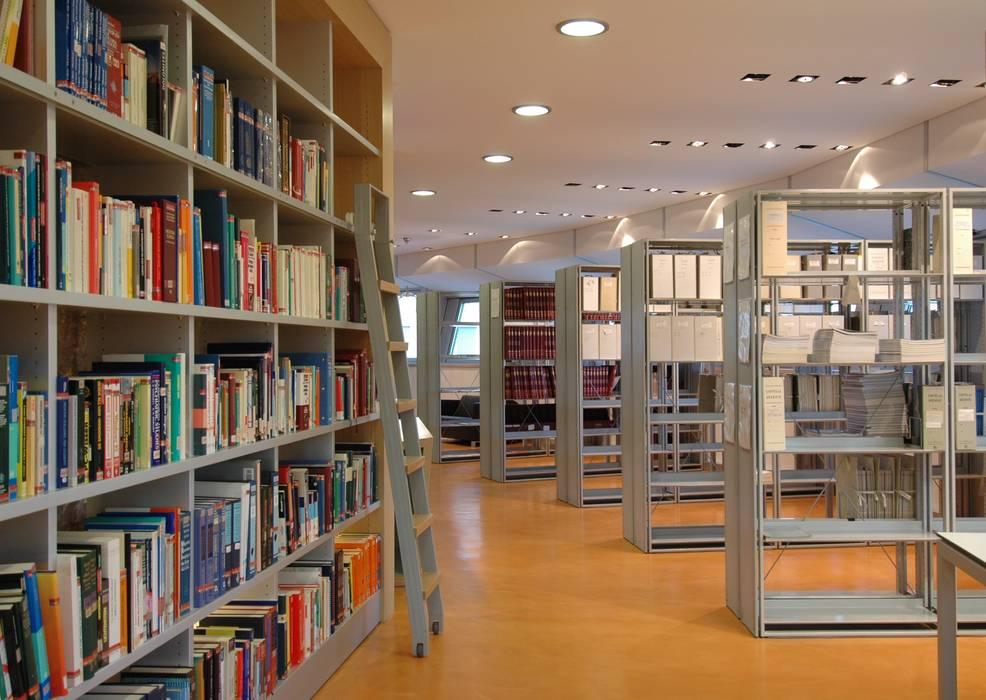 Biblioteca ospedale di bolzano: sala multimediale in stile di studio ...