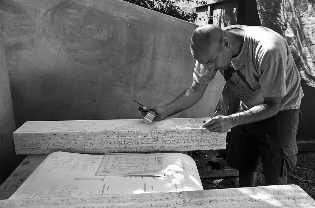 Realizzazione camino scultoreo in travertino: Soggiorno in stile  di Pietre di Rapolano