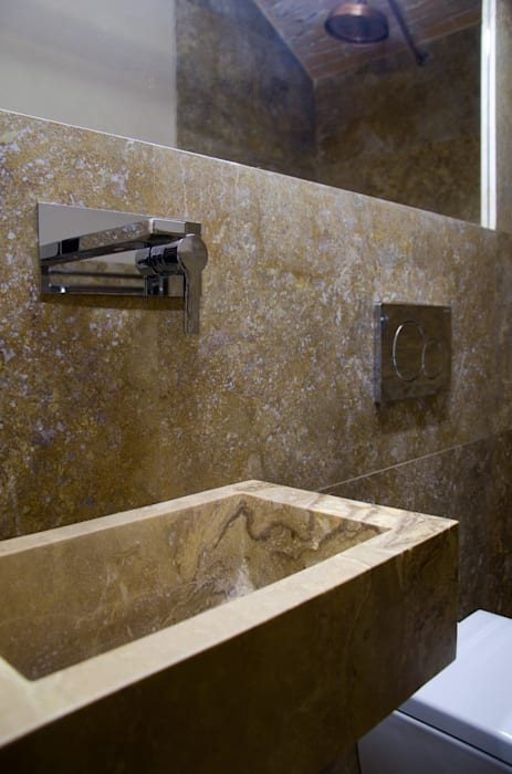 Bagno con rivestimenti e lavabo su misura in travertino: Bagno in stile in stile classico di Pietre di Rapolano