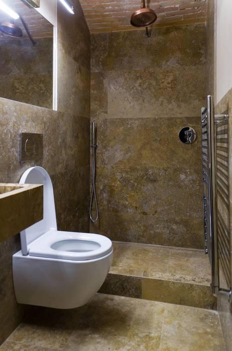 Bagno con pavimenti e rivestimenti in travertino: Bagno in stile  di Pietre di Rapolano