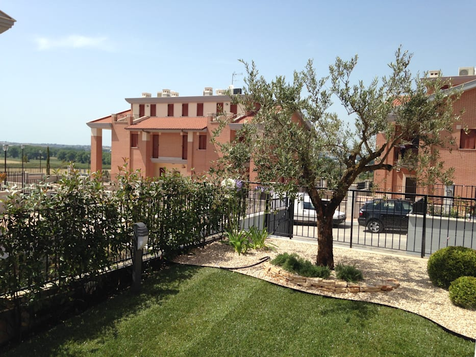 Un giardino mediterraneo: Giardino anteriore in stile  di AbitoVerde