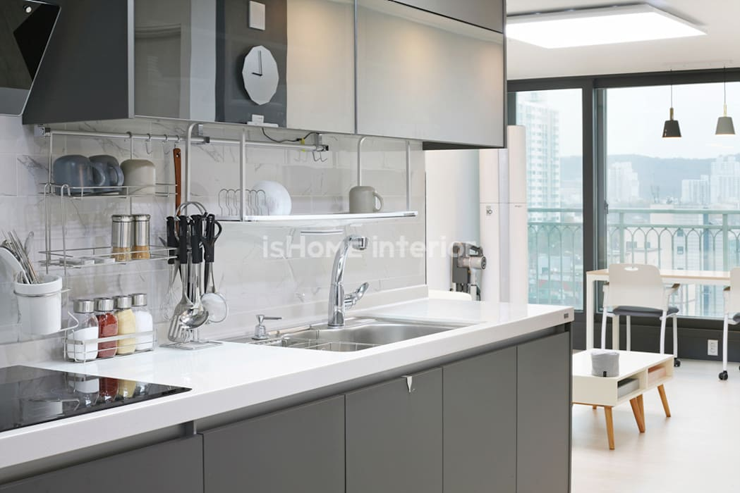 Kitchen by 이즈홈, Modern