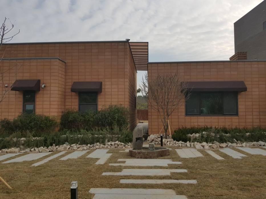 Jardines de estilo ecléctico de (주)더숲 Ecléctico