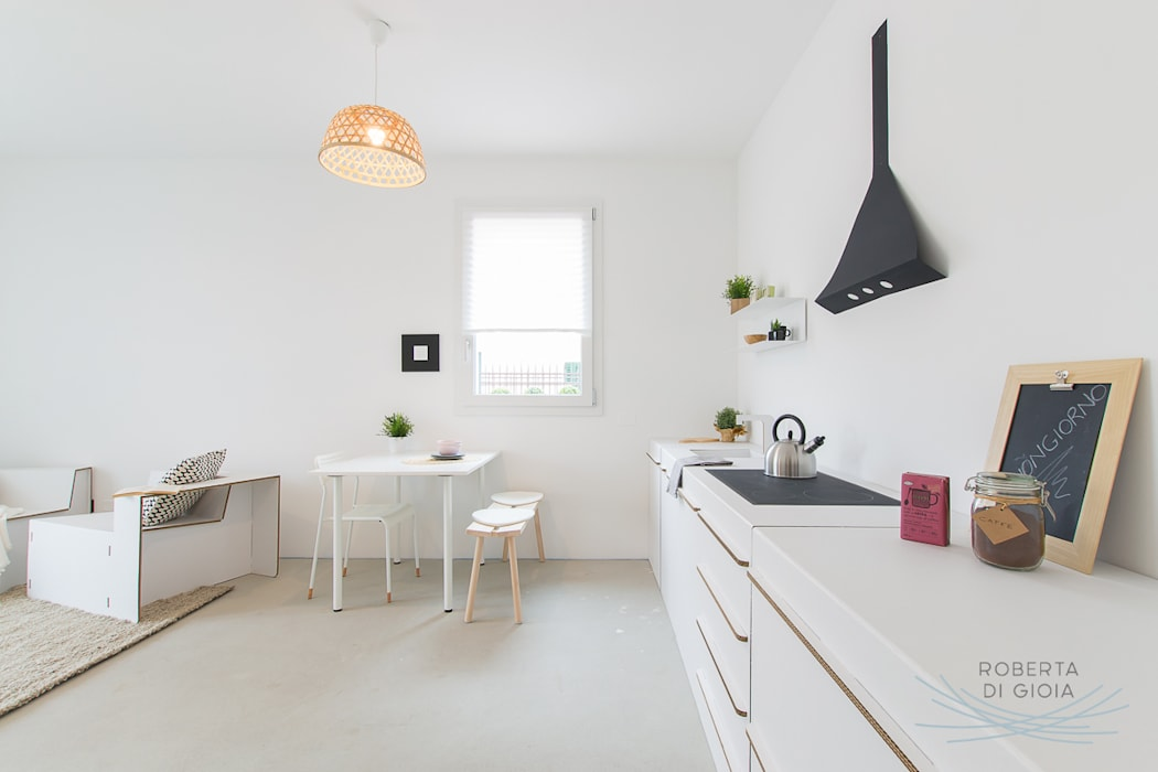 Appartamento campione in cantiere allestito con la tecnica dell'home staging: Cucina in stile in stile Moderno di Home Staging & Dintorni